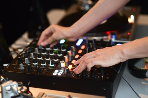 Basics of DJing for Women: Beatmatching with Vinyl for Beginners