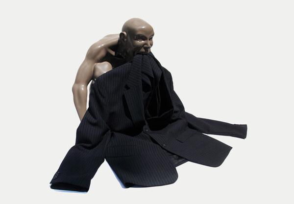 Mann frisst Anzug